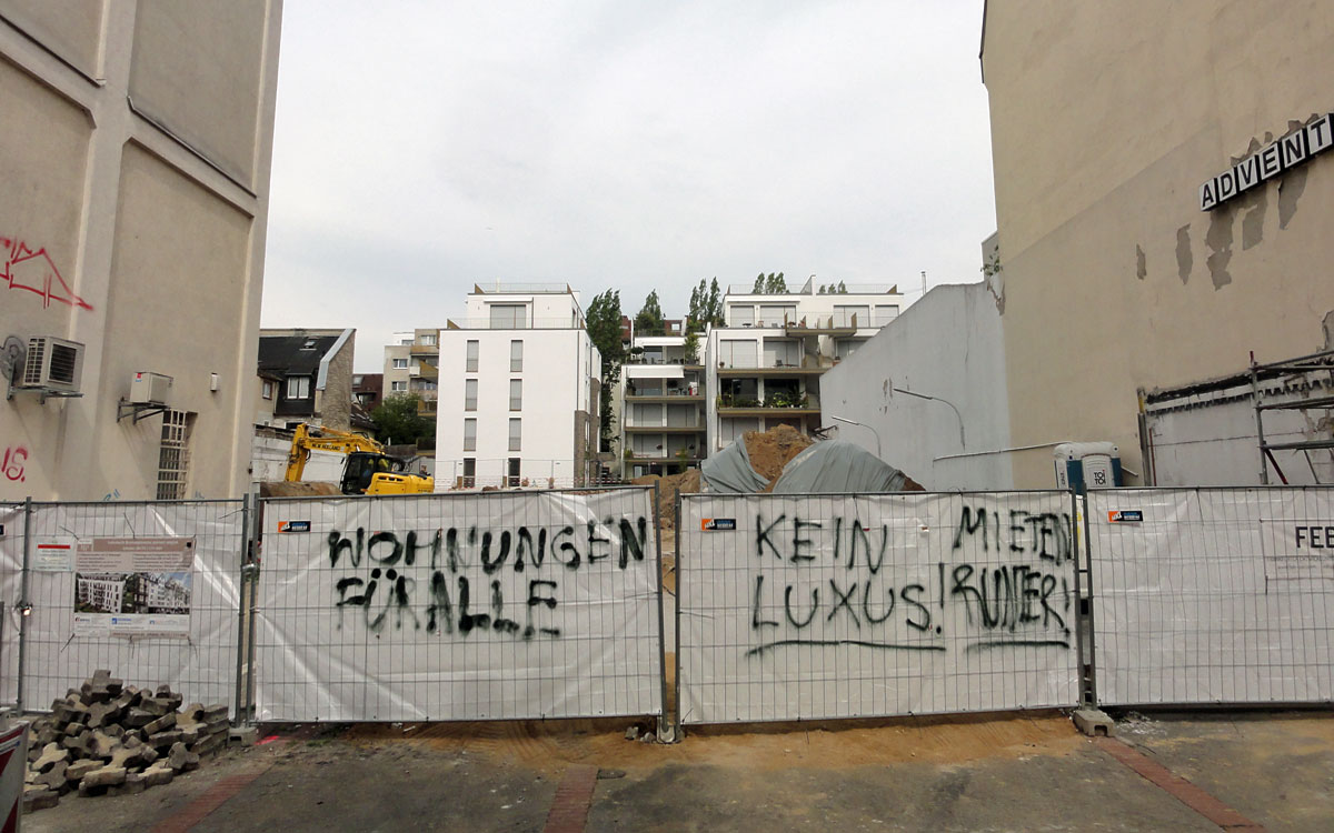"""Protest auf der Berger Straße: """"Wohnungen für alle"""", """"Kein Luxus!"""" und """"Mieten runter!""""."""