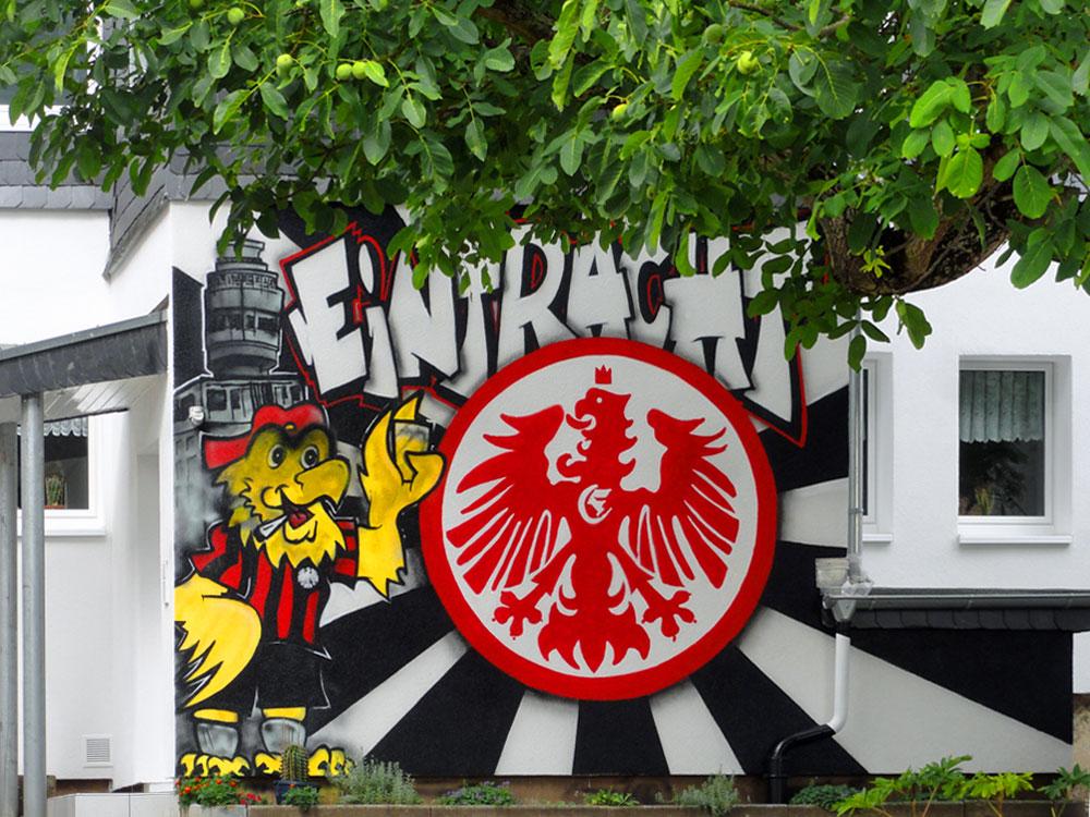 Haus mit Eintracht Frankfurt-Graffiti in Bergen-Enkheim