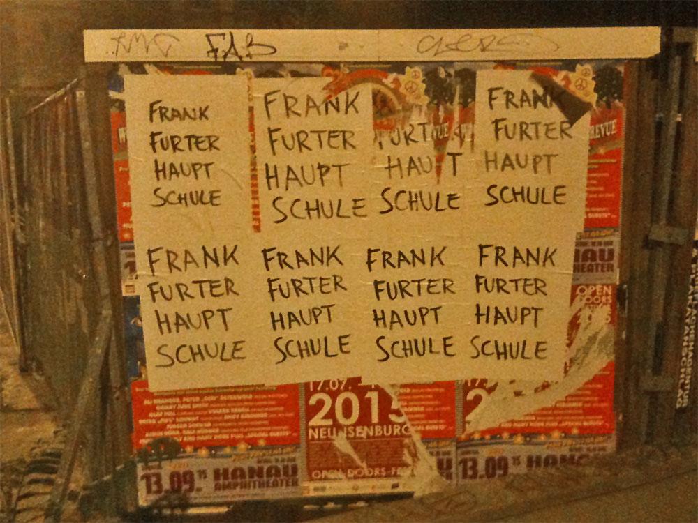 """Plakate in Frankfurt mit Aufschrift """"Frankfurter Hauptschule"""""""
