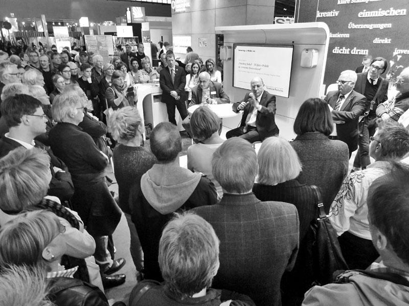 Gregor Gysi beim Stand der Frankfurter Rundschau auf der Frankfurter Buchmesse 2015