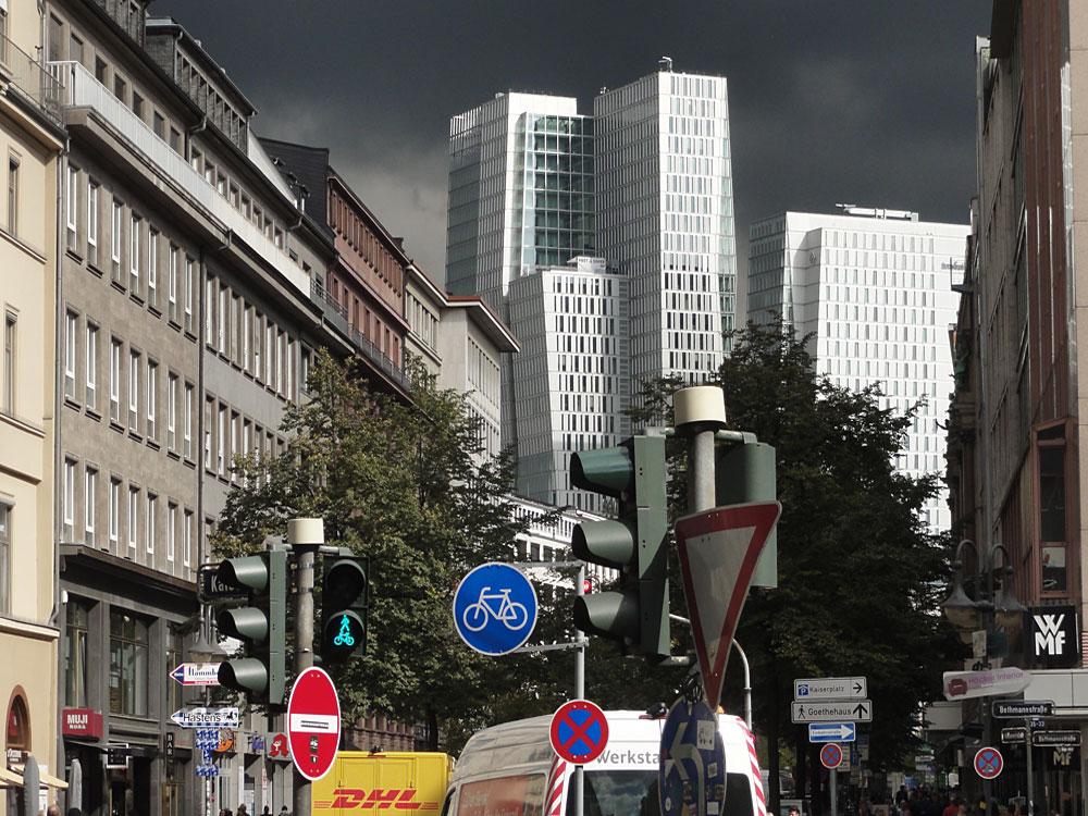 palais-quartier-mit-dunklem-wolkenhimmel