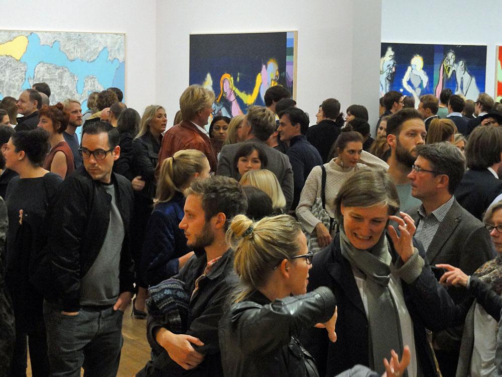 """Besucher der Daniel Richter-Ausstellung """"hello I love you"""" in der Kunsthalle Schirn"""