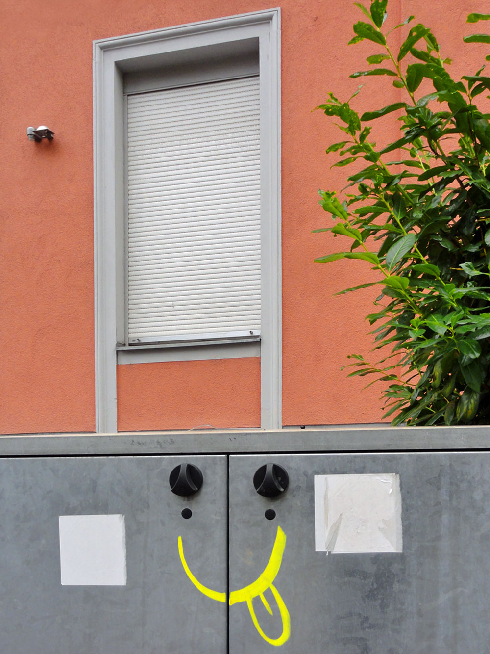 Streetart in Frankfurt, Smiley-Gesicht an Mülltonnen