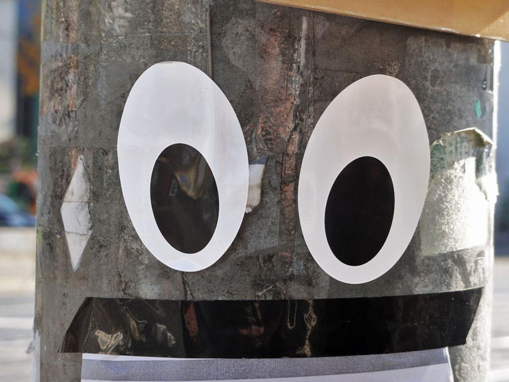 Streetart in Frankfurt mit großen Augen an der Ampel