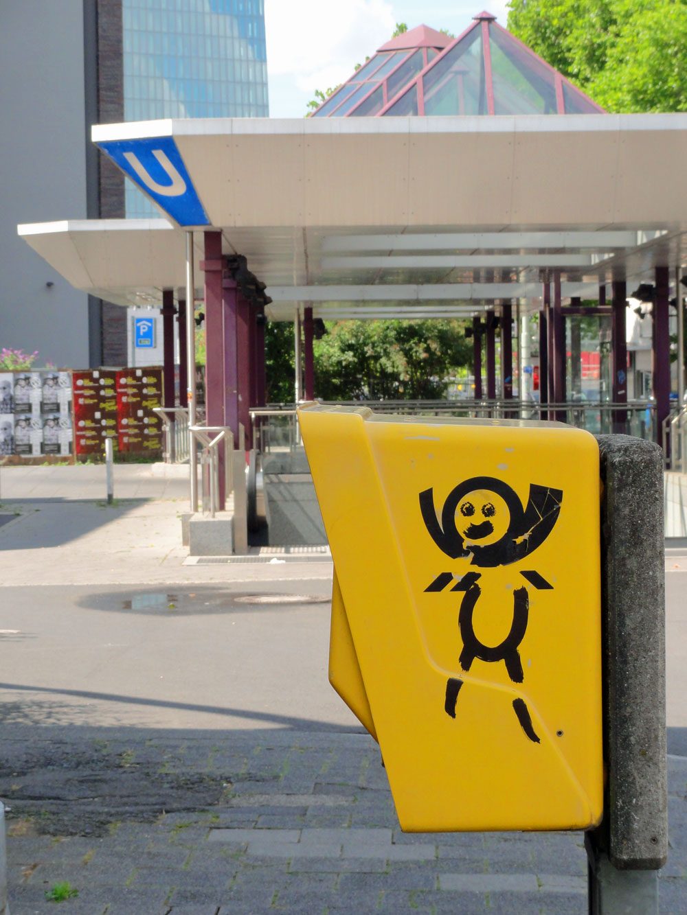 "Briefkasten-Streetart in Frankfurt - ""HAPPY"""