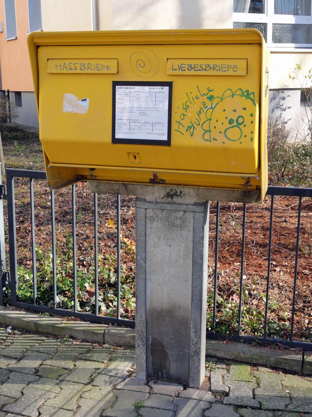 """Briefkasten-Streetart in Frankfurt - """"LIEBESBRIEFE - HASSBRIEFE"""""""