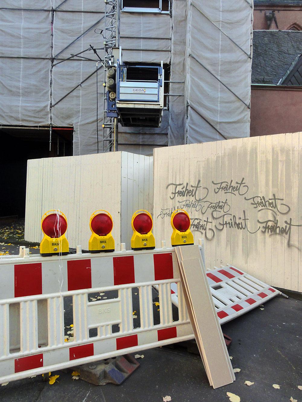 Streetart in Frankfurt: Freiheit eingezäunt und abgesperrt
