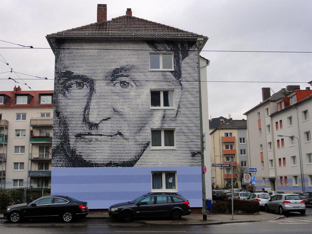 Hausfassade im Nordend mit Gesicht von Gauß
