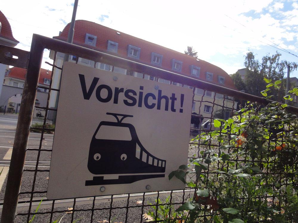 Streetart in Frankfurt: Straßenbahn mit Augen