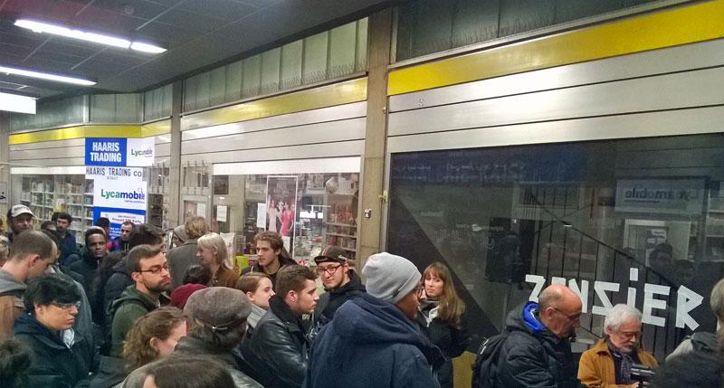 Warten vor der Galerie Kaiser P in der Kaiserpassage in Frankfurt