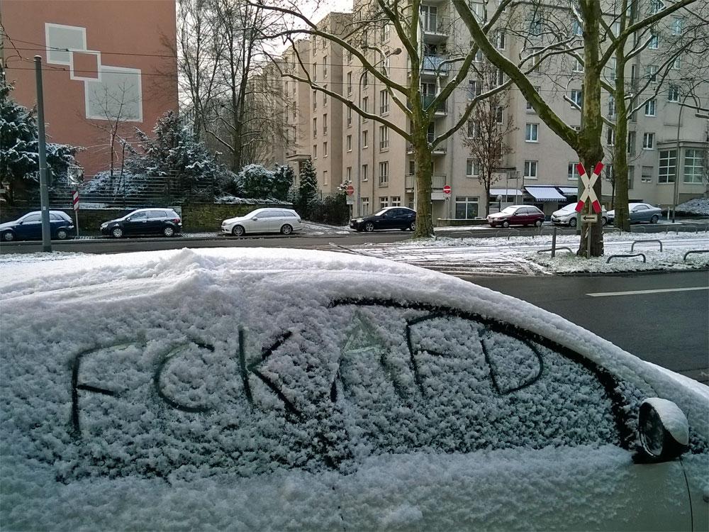 FCK AFD im Schnee an einer Autoscheibe