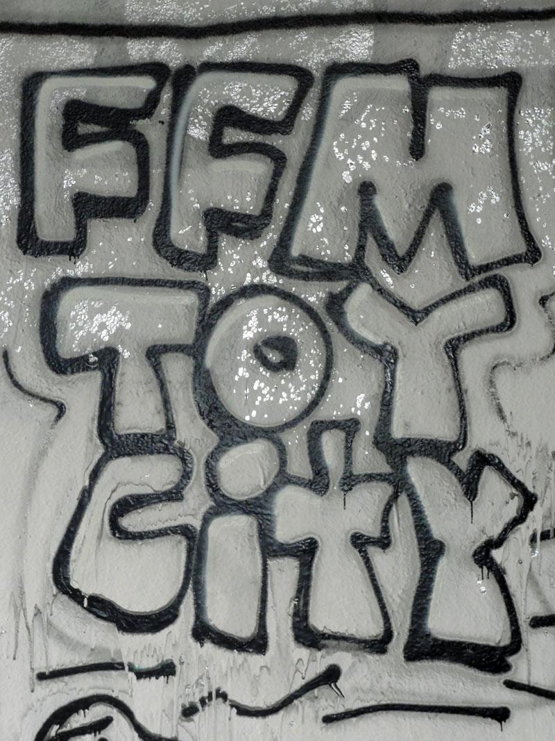 ffm-toy-city--graffiti-bei-der-hall-of-fame-an-der-hanauer-landstrasse-in-frankfurt