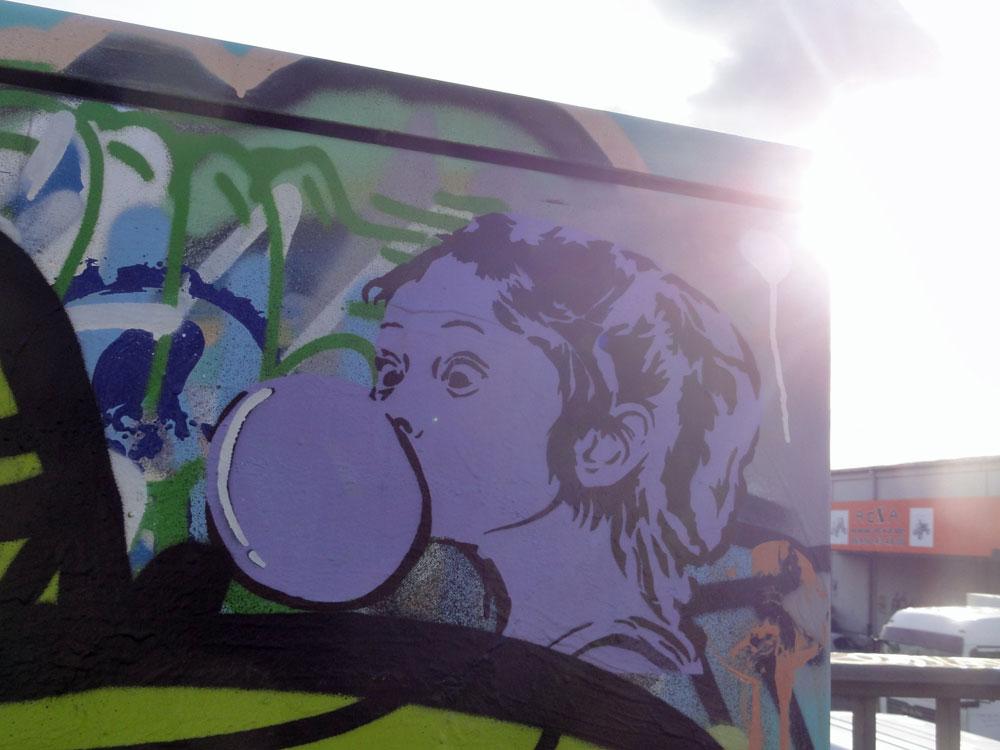 maedchen-mit-kaugummi-stencil-graffiti-bei-der-hall-of-fame-an-der-hanauer-landstrasse-in-frankfurt