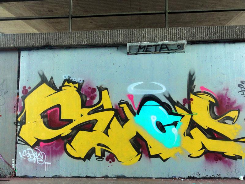show-graffiti-bei-der-hall-of-fame-an-der-hanauer-landstrasse-in-frankfurt
