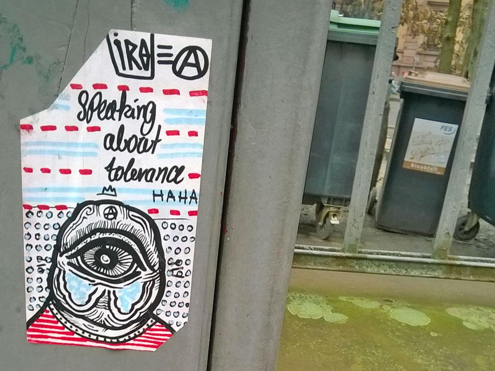 Streetart-Aufkleber in Frankfurt von Iro