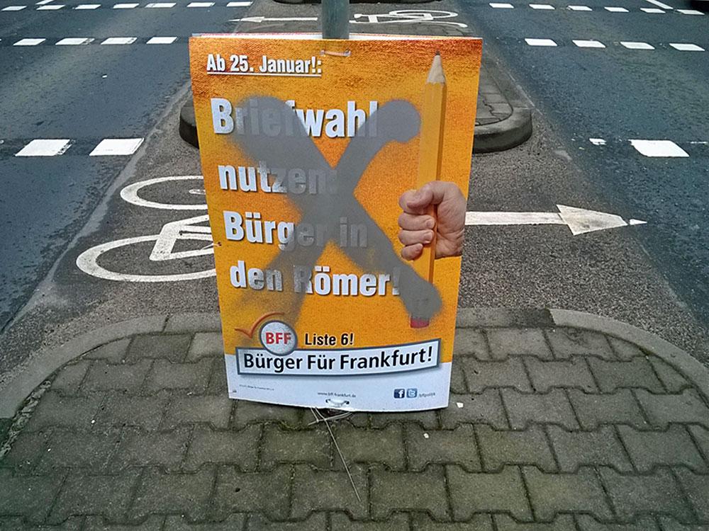 Plakat der BFF mit einem Kreuz übersprüht