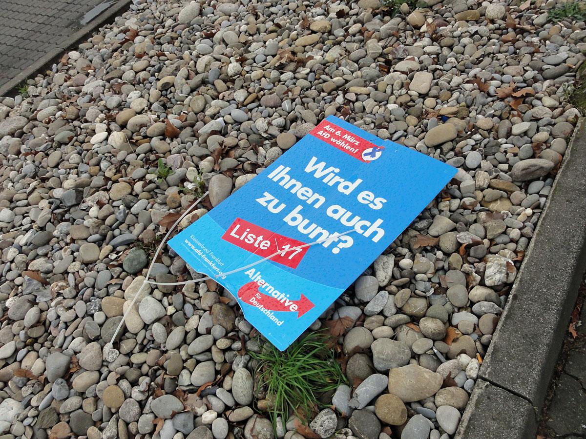 wahlplakate-zur-kommunalwahl-in-frankfurt-2016-afd-abgerissen-und-am-boden
