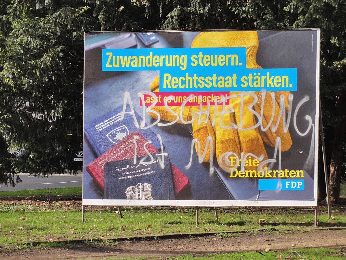 FDP-Wahlplakate-Adbusting in Frankfurt: Abschiebung ist Mord