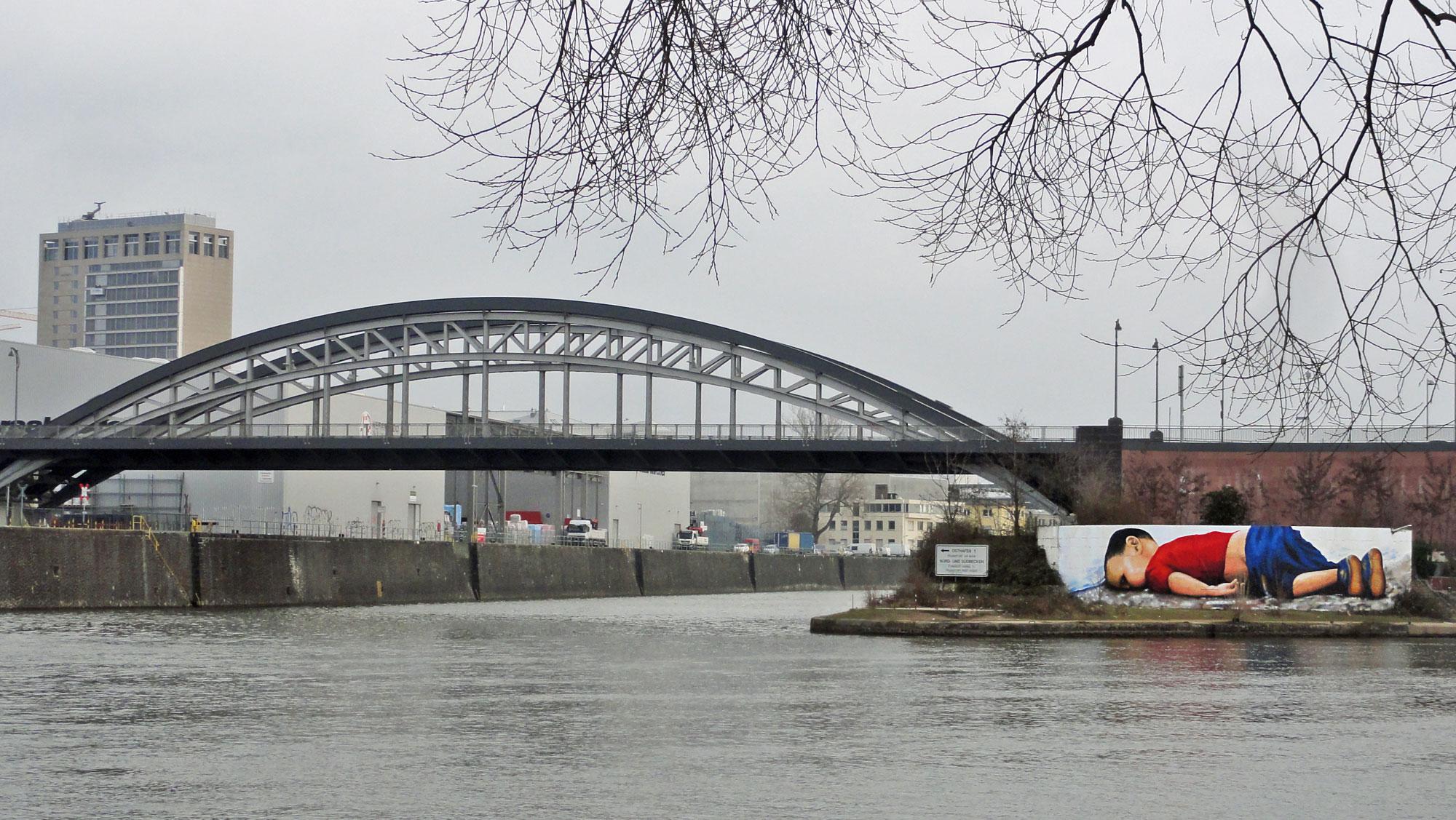 Graffiti in Frankfurt vom Fluechtlingsjungen Alan Kurdi