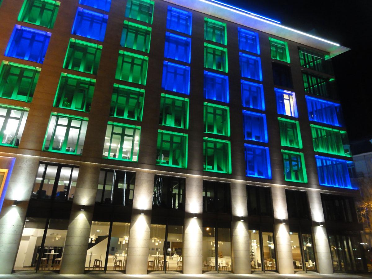 Fotos von der Luminale 2016 in Frankfurt: Blaue und grüne Fentserbeleuchter beim Metzler Bankhaus in Frankfurt