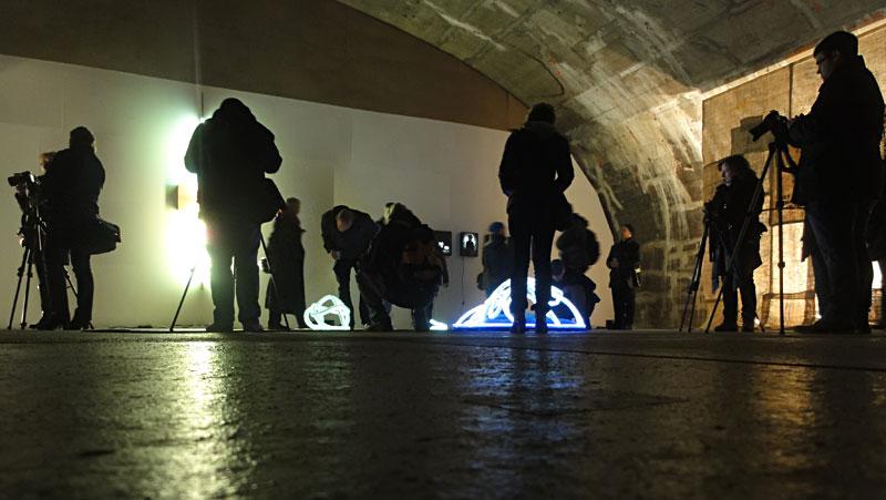 Fotos von der Luminale 2016 in Frankfurt: Fotografen mit Stativ im Kunstverein Montez