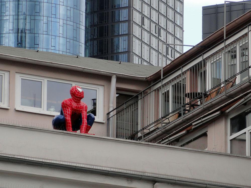 spiderman-skultptur-auf-einem-dach-in-frankfurt-