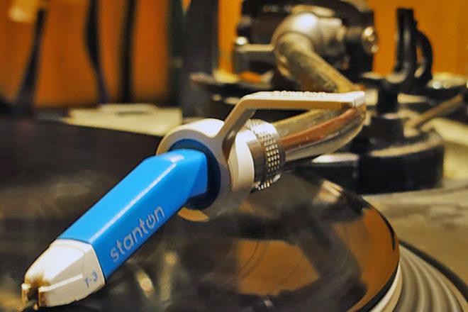 Tonarm des Plattenspielers auf einer Schallplatte