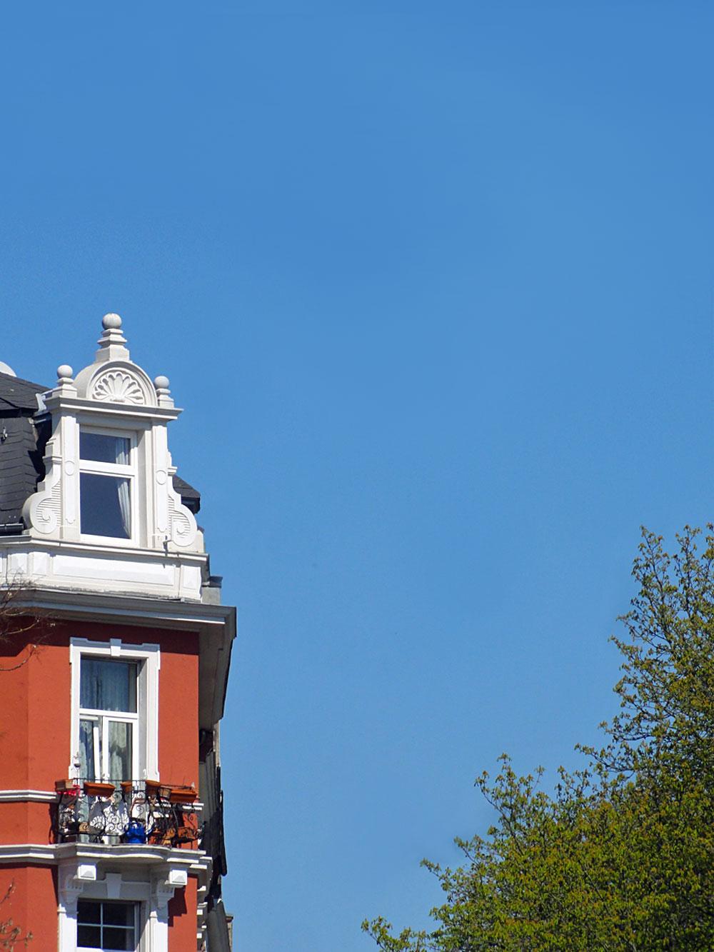 Klarer blauer Himmel mit Gruenderzeithaus im Nordend