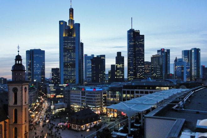Foto von der Hauptwache und der Skyline Frankfurts am frühen Abend