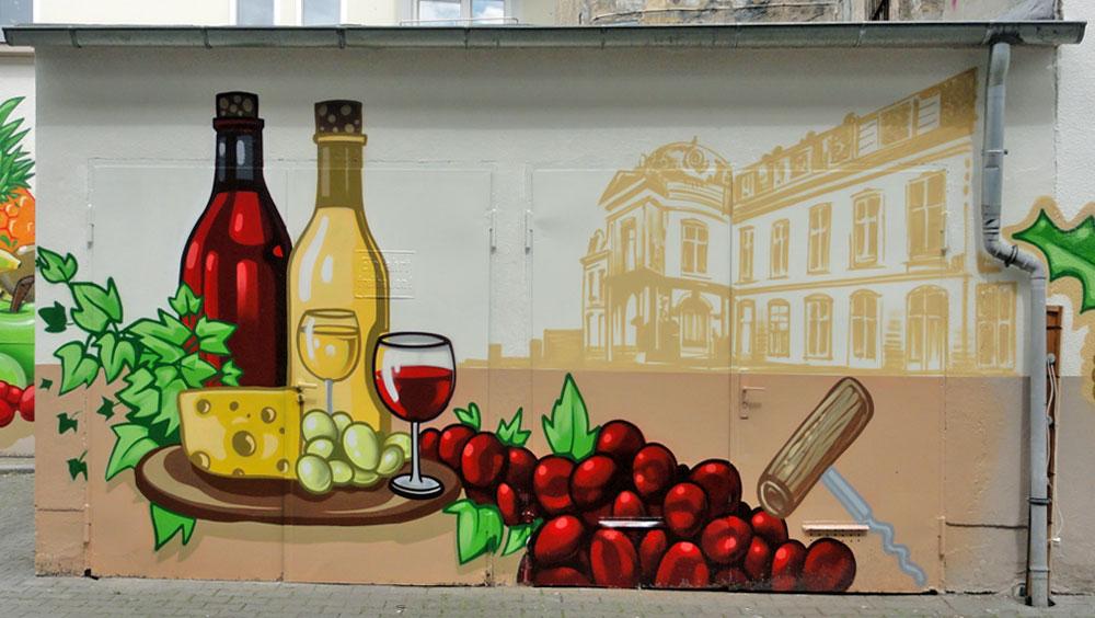 Wein, Trauben und Käse - Graffiti an der Kleinmarkthalle in Frankfurt am Main