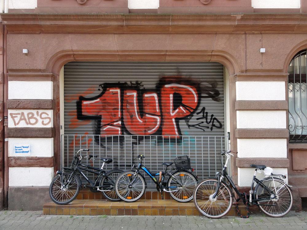 Shutter Art & Garage Door Graffiti in Frankfurt: 1UP