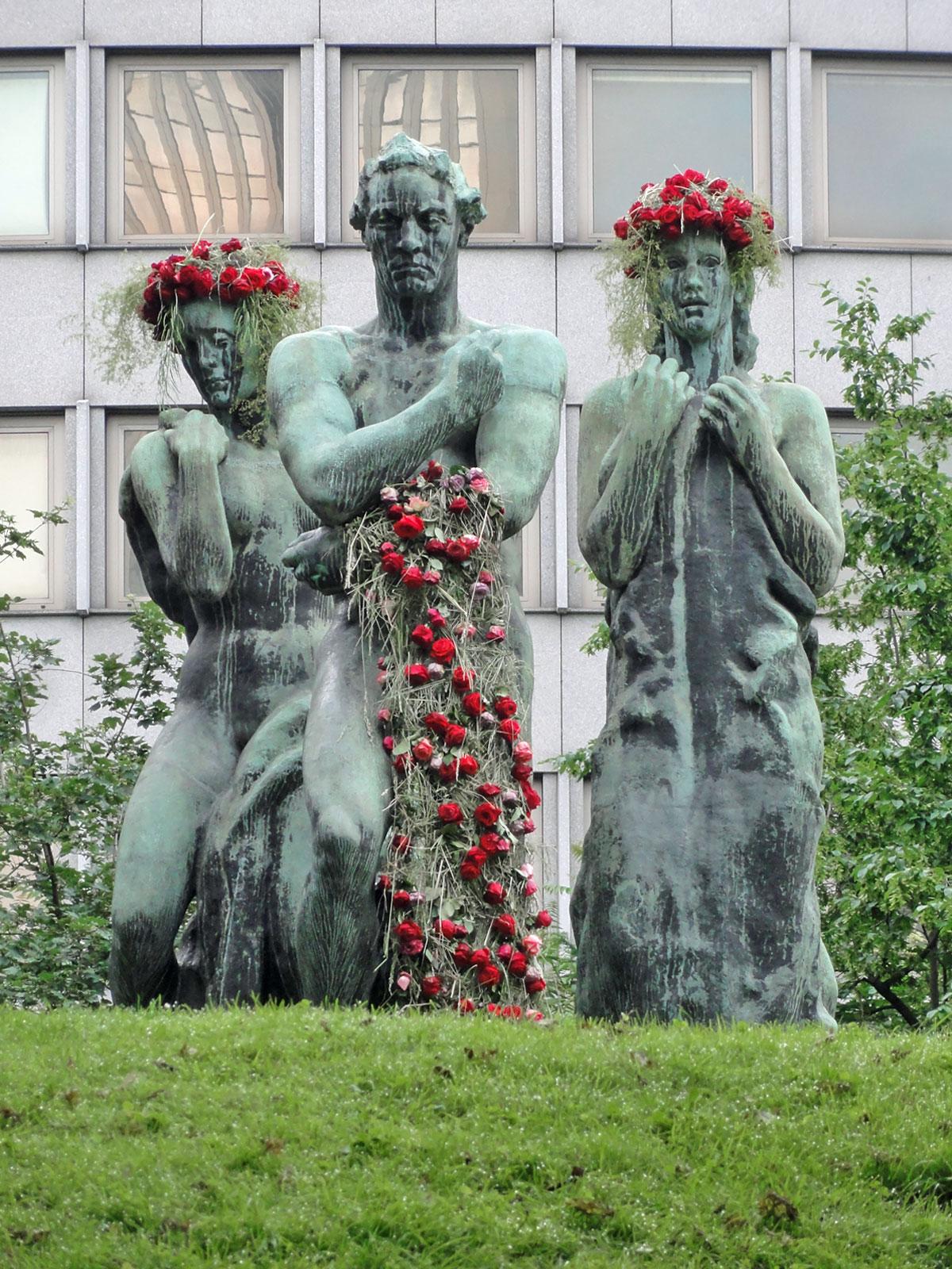 beethoven-skulptur-in-der-taunusanlage-mit-rosen