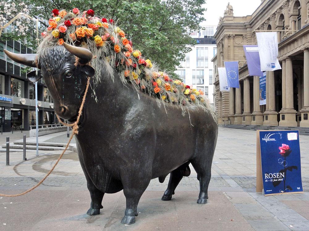 Bulle & Bär an der Börse Frankfurt mit Rosen