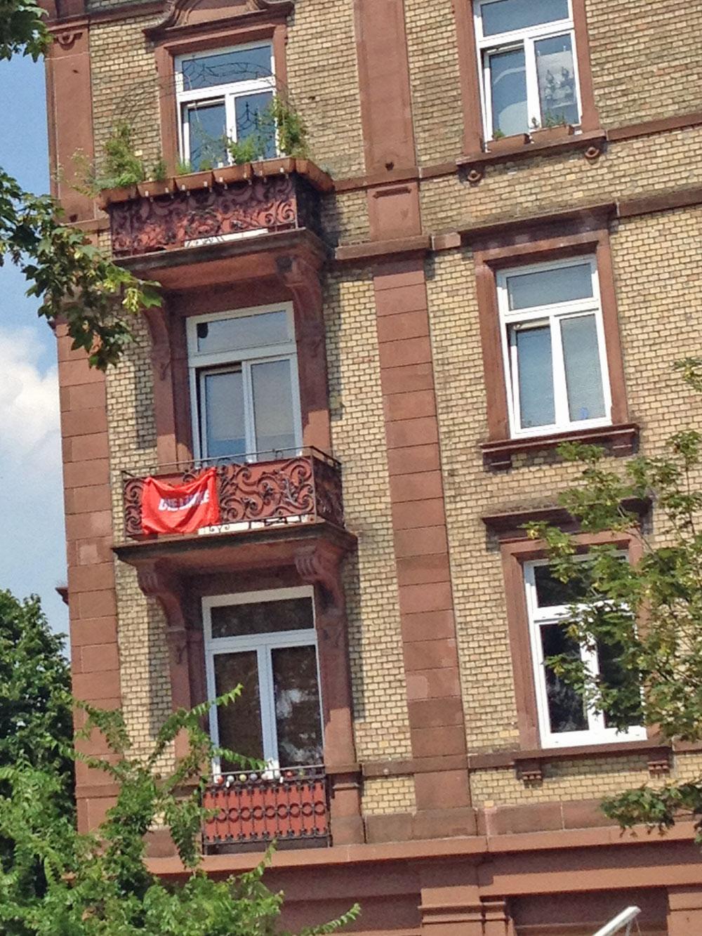 flaggen-am-fenster-in-frankfurt-zur-euro-2016-die-linke