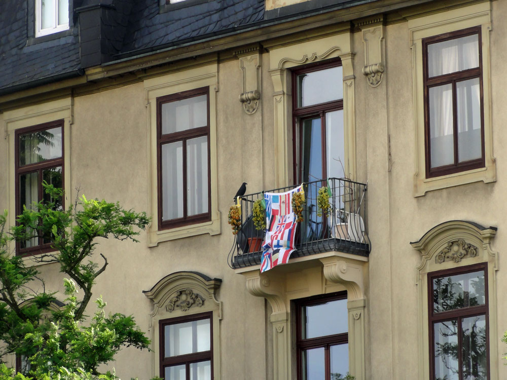 flaggen-am-fenster-in-frankfurt-zur-euro-2016-europa