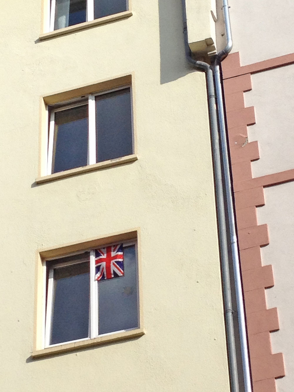 flaggen-am-fenster-in-frankfurt-zur-euro-2016-großbritannien