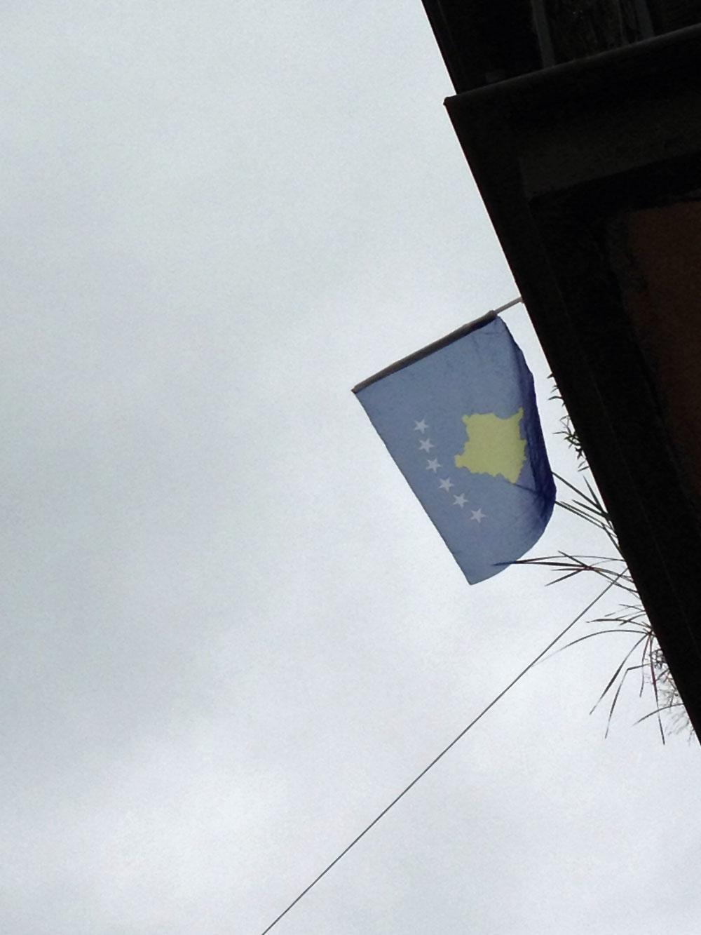 flaggen-am-fenster-in-frankfurt-zur-euro-2016-kosovo