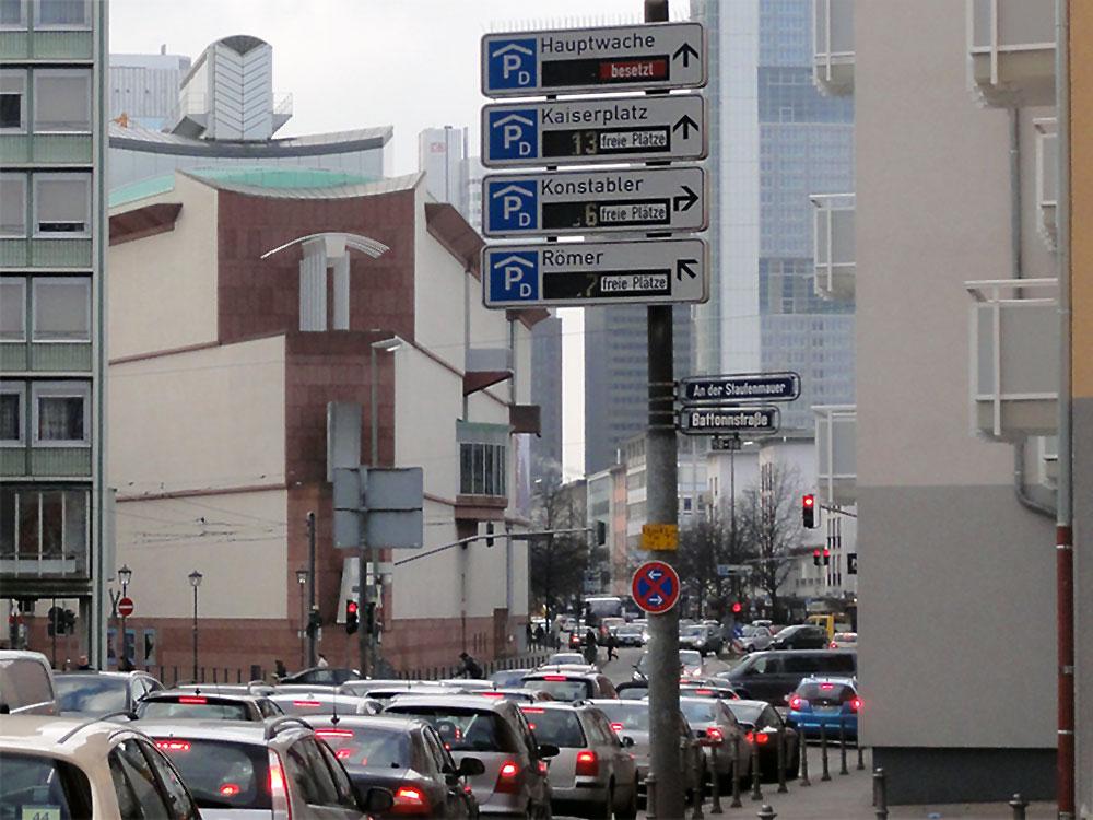 Autoverkehr in der Frankfurter Innenstadt