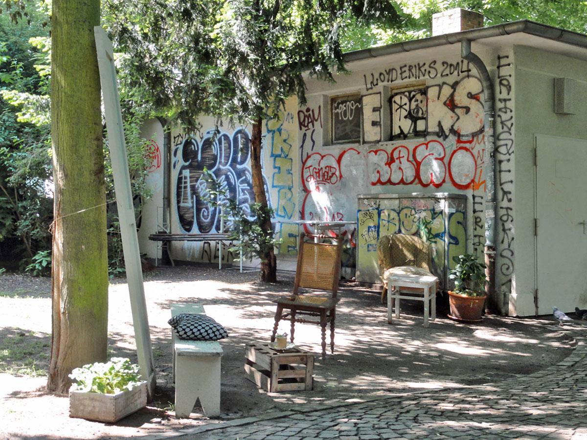 Graffiti und Mobiliar bei dem ehemigen Wasserhäuschen und jetztigem Café Fein