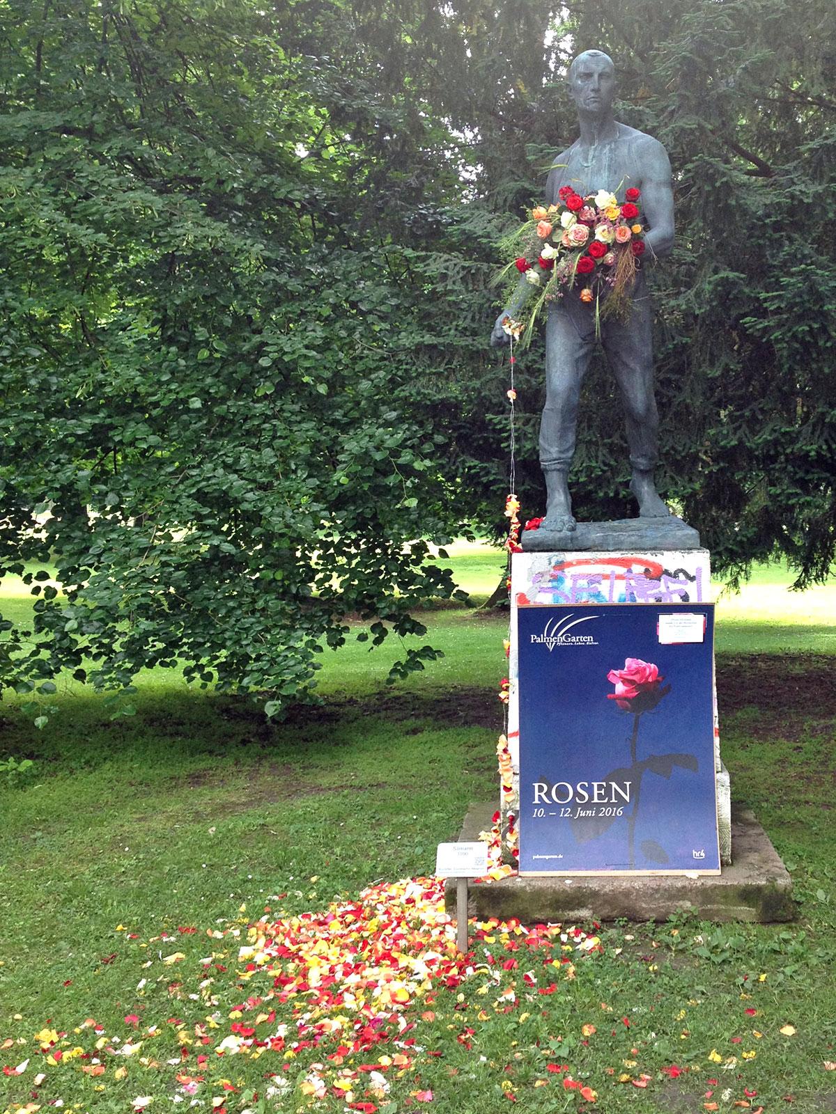 saemann-skulptur-im-guenthersburgpark-mit-rosen