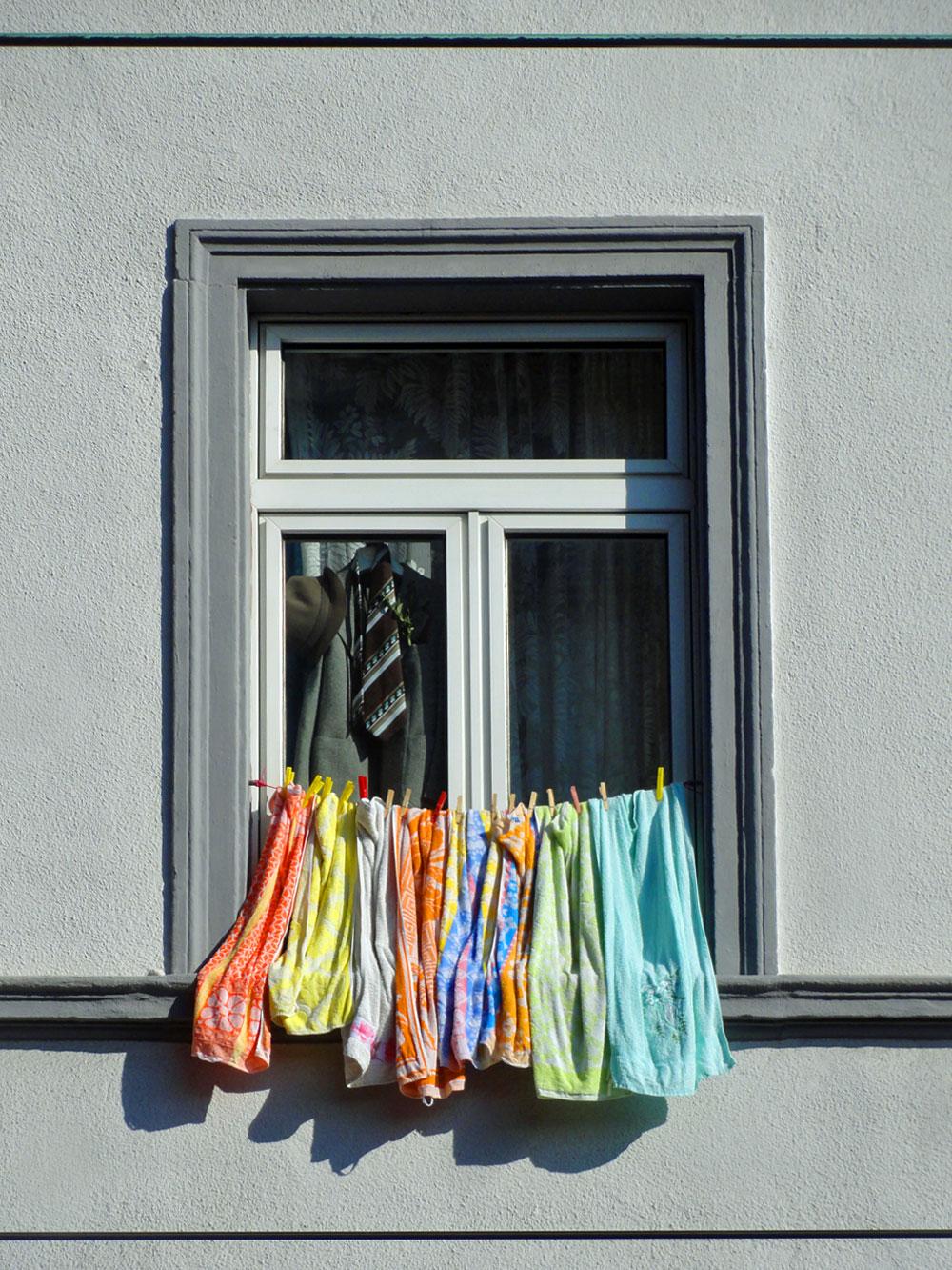 Wäsche zum Trocknen aus dem Fenster hängen