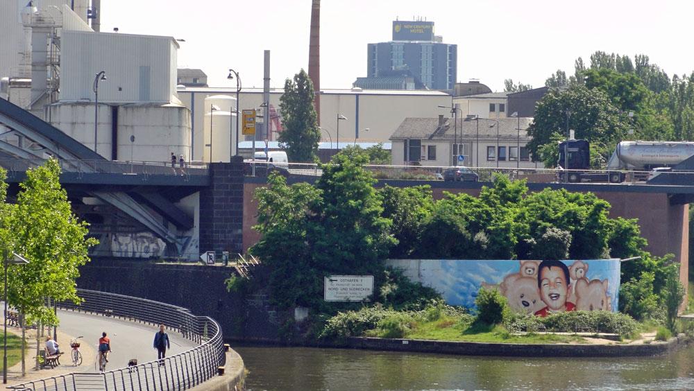 alan-kurdi-refugee-mural-frankfurt-germany