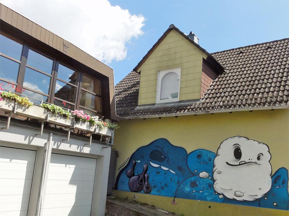 Mit Cityghosts bemalte Hausfassade in der Heerstraße.