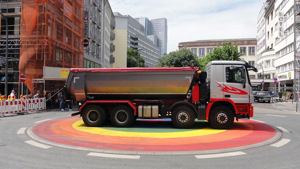 Regenbogenfarben-Kreisel zum CSD in Frankfurt