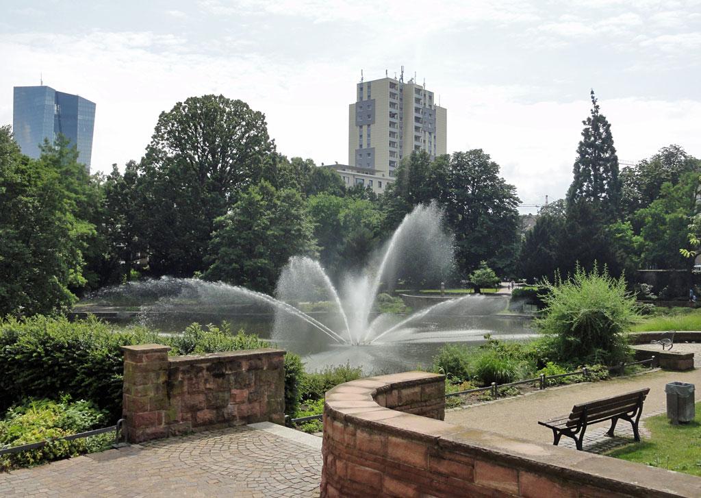 Grünanlage mit Wasserspielen in Frankfurt