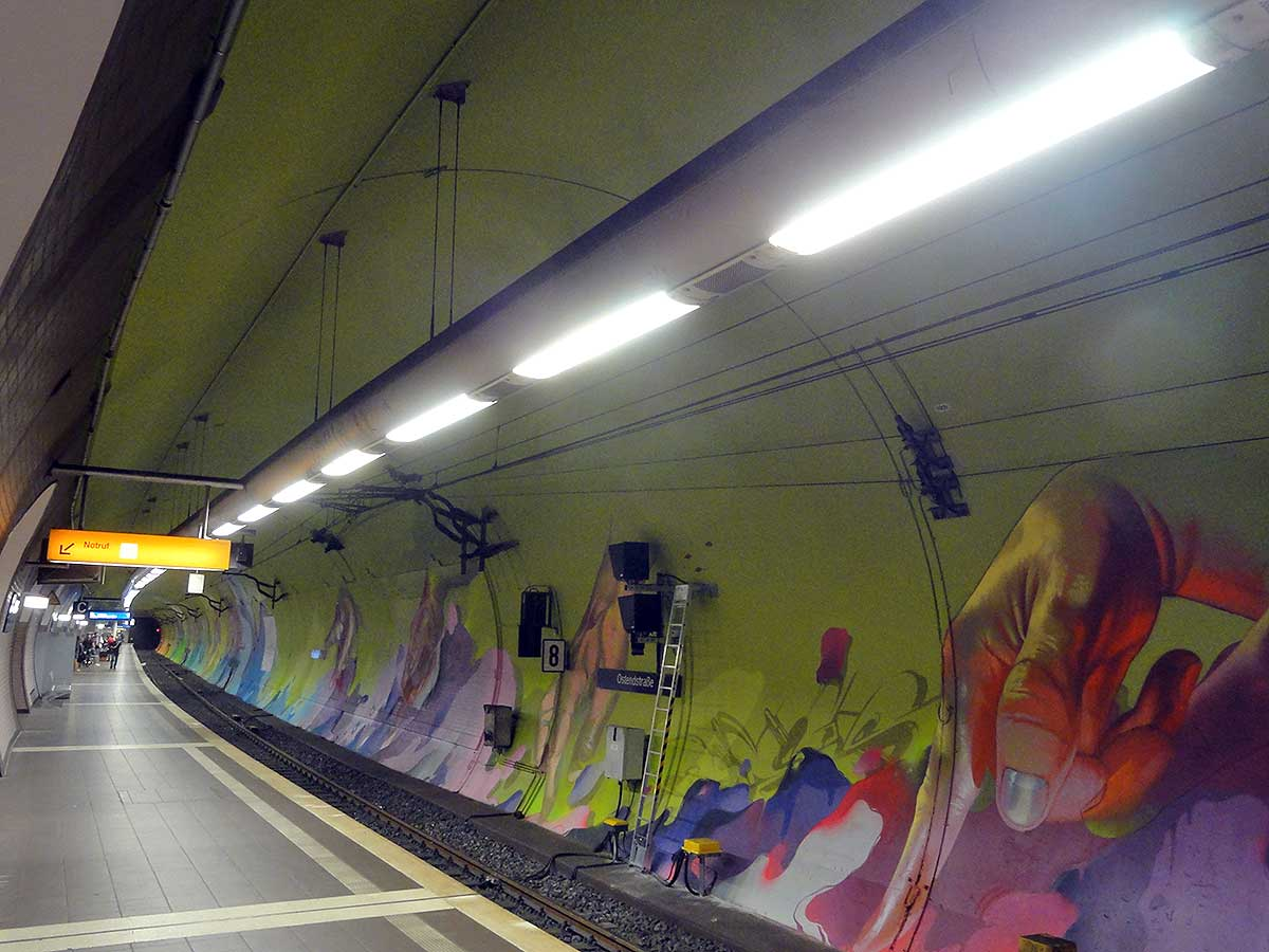 Hände-Graffiti in der Ostendstraße - Andreas von Chrzaowski, Samira von Chrzaowski und Does