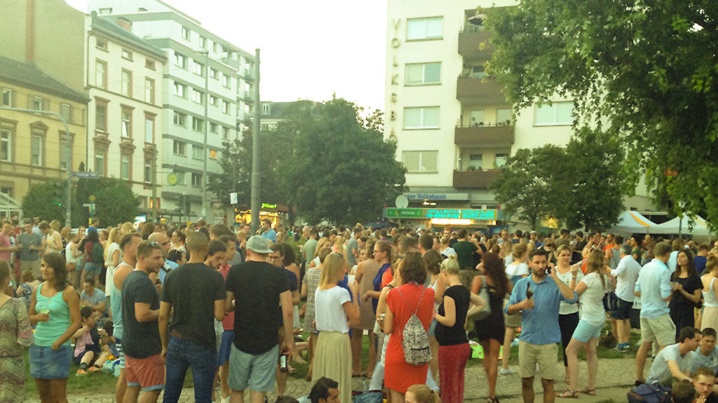 Friedberger MArkt in Frankfurt an einem Freitagabend im Sommer
