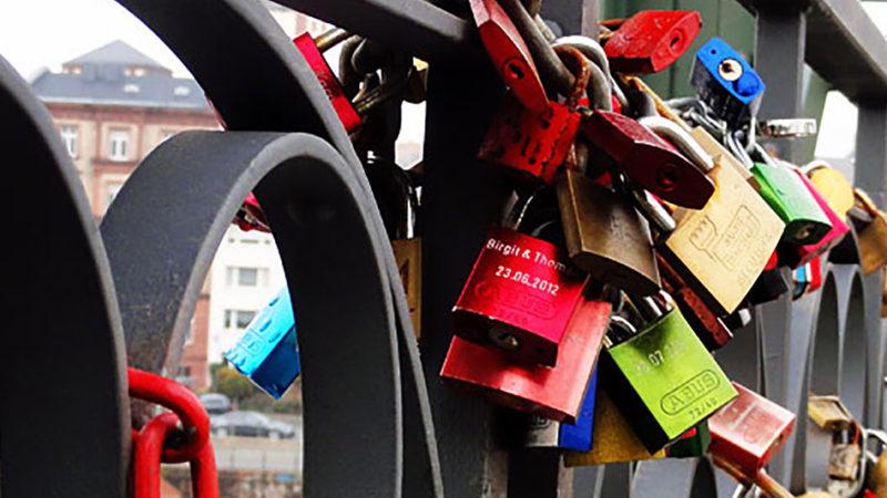 Liebesschlösser am Eisernen Steg in Frankfurt