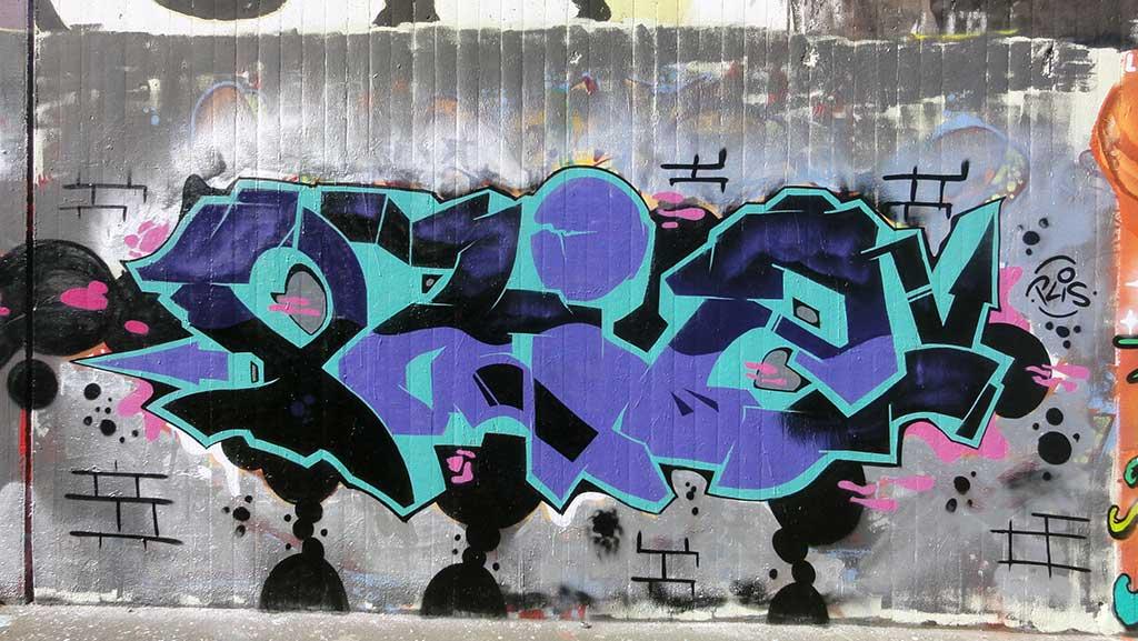 plis-hall-of-fame-ratswegkreisel-frankfurt-graffiti