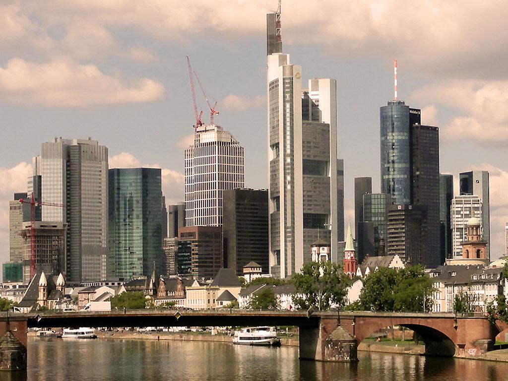 Skyline in Frankfurt, Baustellenkräne und der Main.